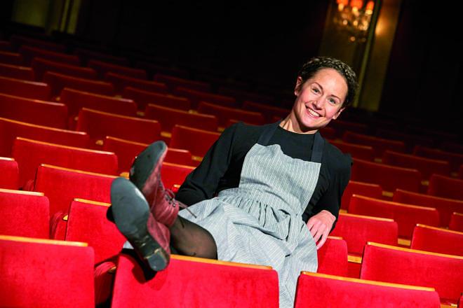 Lysetjejen Sara Axelsson Medverkar I Broadwaysuccén